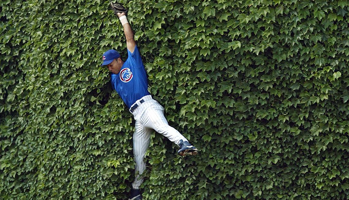 Estadios de béisbol emblemáticos de Estados Unidos - Moises Alou jugador de los Chicago Cubs en el Wrigley Field