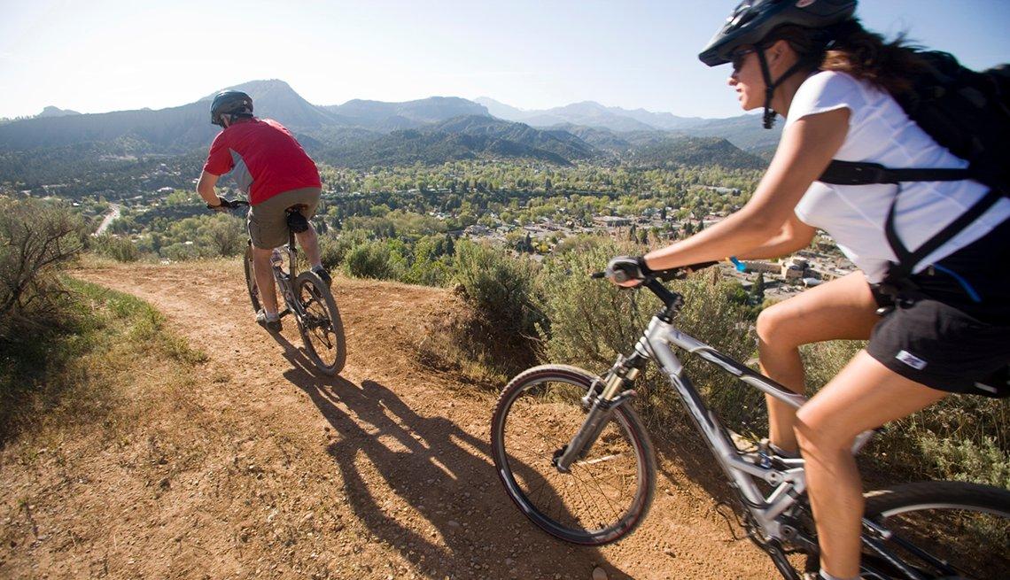 Dos personas montan bicicleta en las montañas