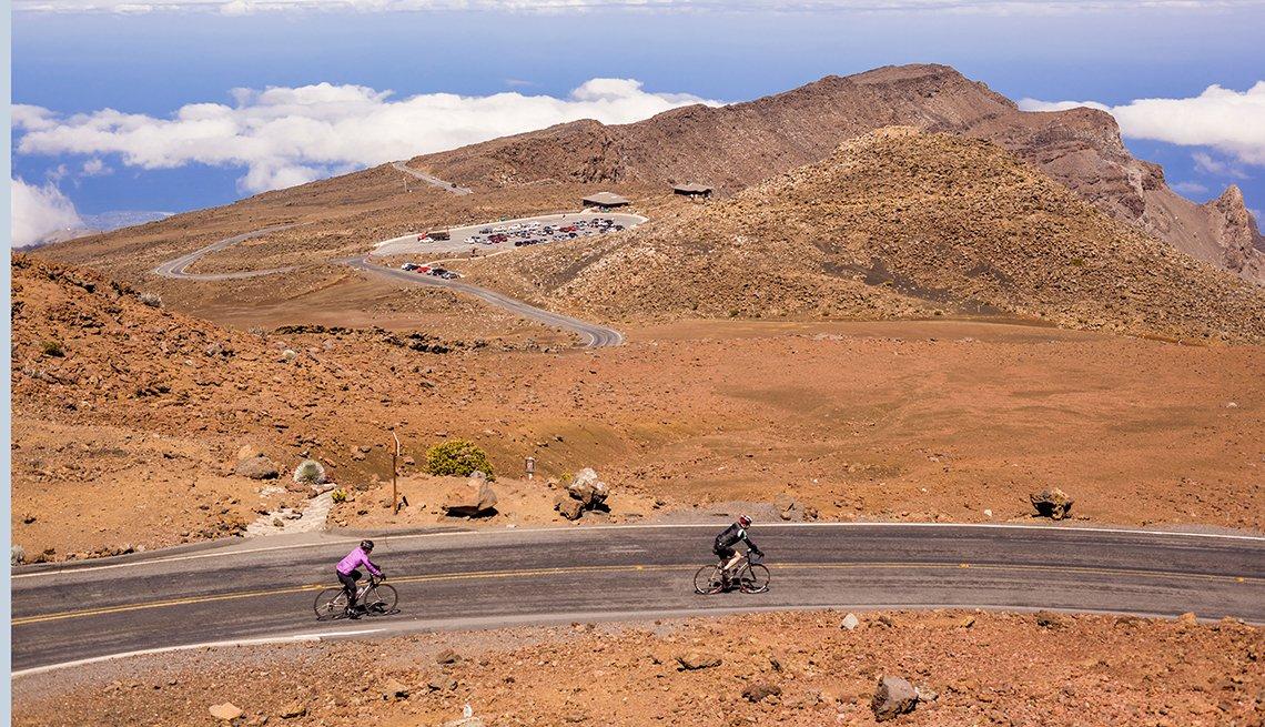 Dos personas montan bicicleta cerca de Brown Hill