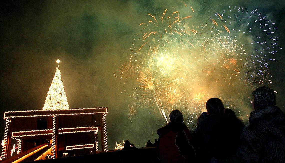 item 6, Gallery image. Los fuegos artificiales y el encendido del árbol dan comienzo al Holiday Light Show en Coeur d'Alene.