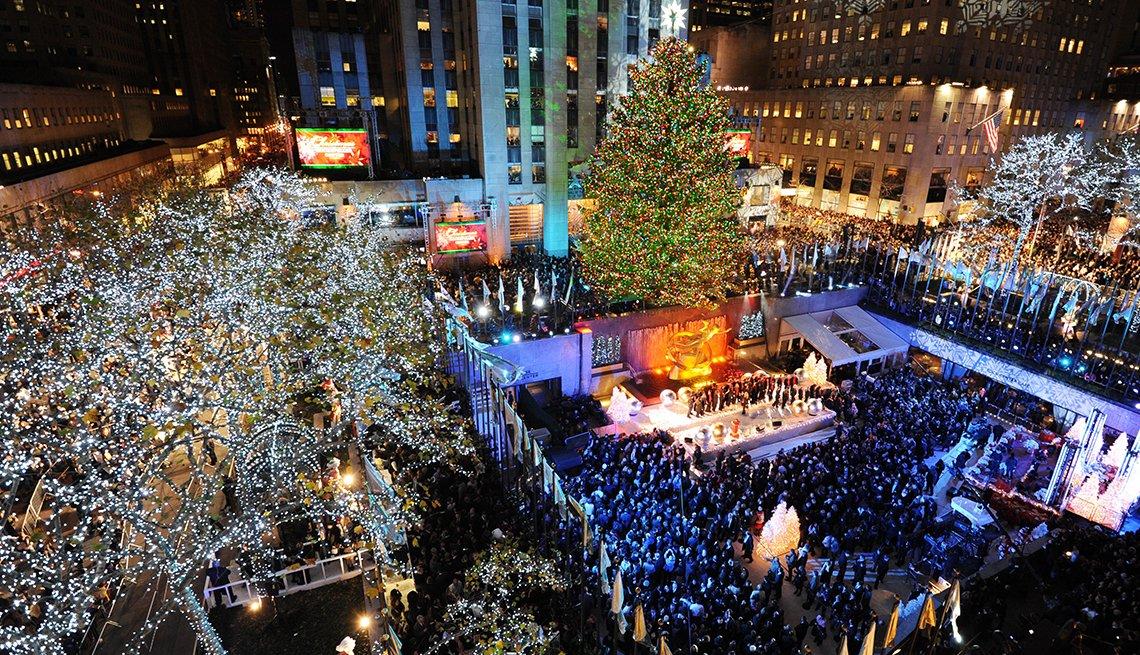 item 1, Gallery image. Gente alrededor del Rockefeller Center en el evento en el que se encienden las luces de árbol de navidad en Nueva York.