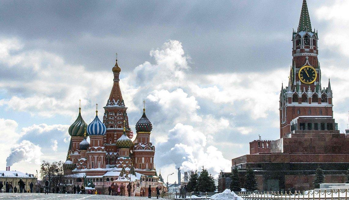 Vista del Kremlin y St. Basils en Moscú, Rusia.