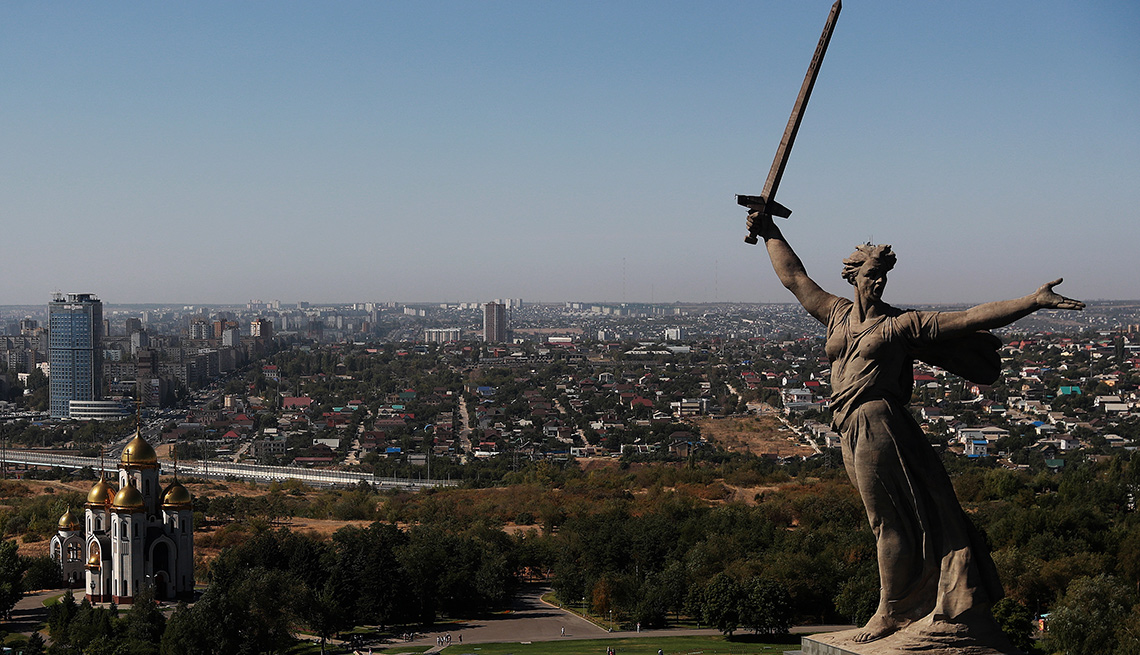 Una vista del monumento de Motherland Calls y la Iglesia de Todos los Santos en Volgogrado Mamayev Kurgan.