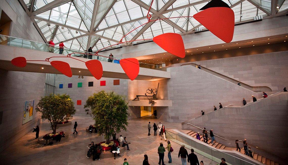 Calder, cuelga del techo en la Galería Nacional de Arte en Washington, DC