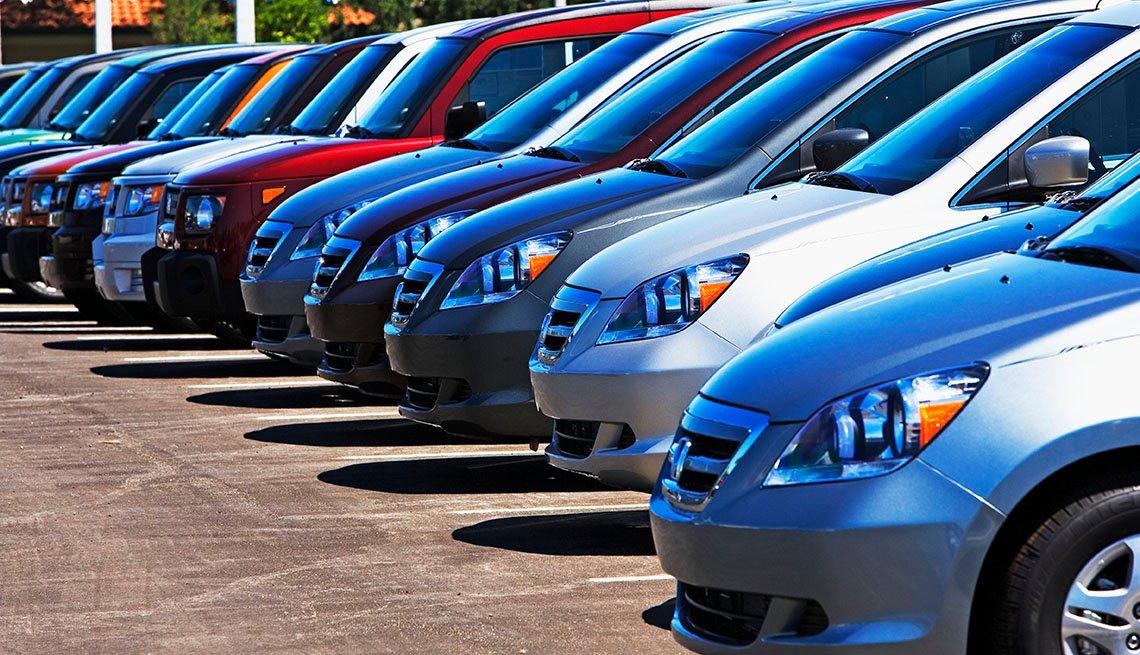 Lote de parqueo lleno de carros de alquiler