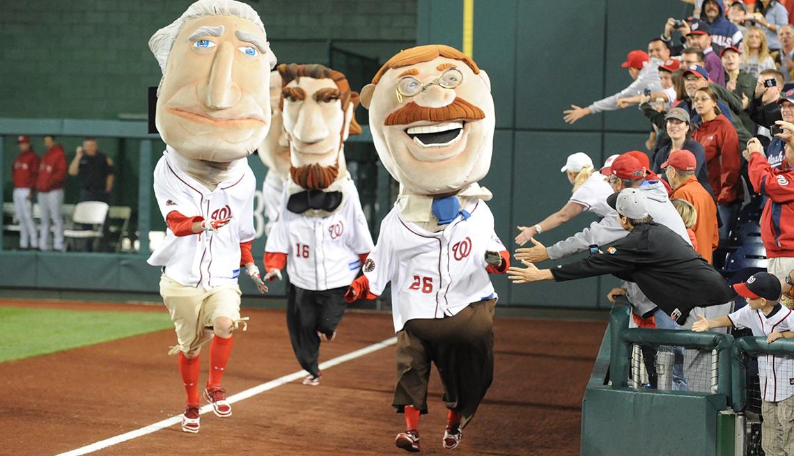 Animadores con disfraz de presidentes de EE.UU. animan partido de béisbol