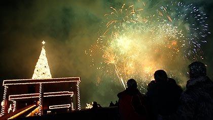 Los espectadores miran los fuegos artificiales después de la iluminación del árbol de Navidad durante el Espectáculo de Luz Holiday en Coeur d'Alene, Idaho.