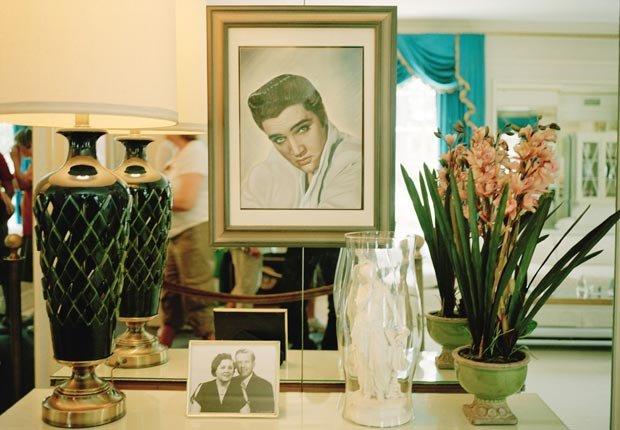 Un retrato de Elvis Presley en la residencia Graceland en Memphis, TN.