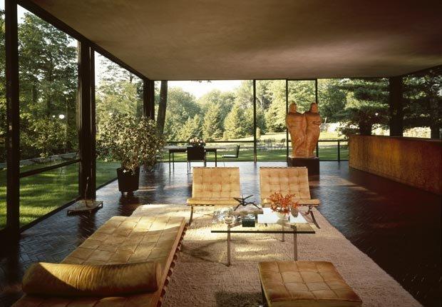 La casa de cristal, diseñada por el arquitecto Philip Johnson, se ve desde el interior de la casa en New Canaan, Connecticut.