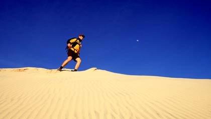 Hombre de excursión en las dunas de Kelso, Reserva nacional de Mojave, California