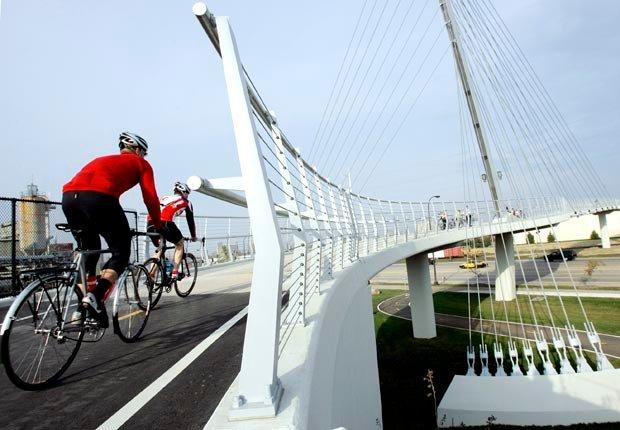 Ciclistas cruzando un puente en Minneapolis, Minnesota - Principales ciudades de Estados Unidos para visitar en el 2013