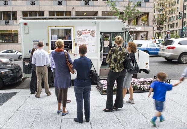 Gente comiendo en el centro de Washington, DC - Principales ciudades de Estados Unidos para visitar en el 2013