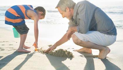 Abuelo y nieto en la playa en San Diego, California, vacaciones multigeneracionales