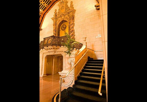 La escalera en el vestíbulo del Hotel Biltmore en Los Angeles, CA.