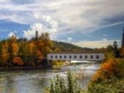Puente cubierto sobre el río McKenzie cerca de Eugene, Oregon