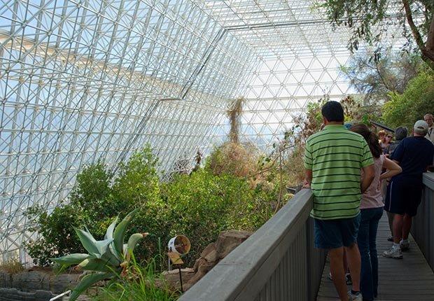Los visitantes ven hábitats cerrados en Biosphere 2 fuera de Tucson, AZ - 7 Rutas clásicas para pasear en America