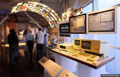 Ordenadores Apple antiguos en exhibición en el Computer History Museum. Museos poco conocidos y monumentos dignos de visitar.