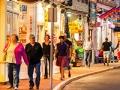 Gente caminando en una calle de Cape Cod