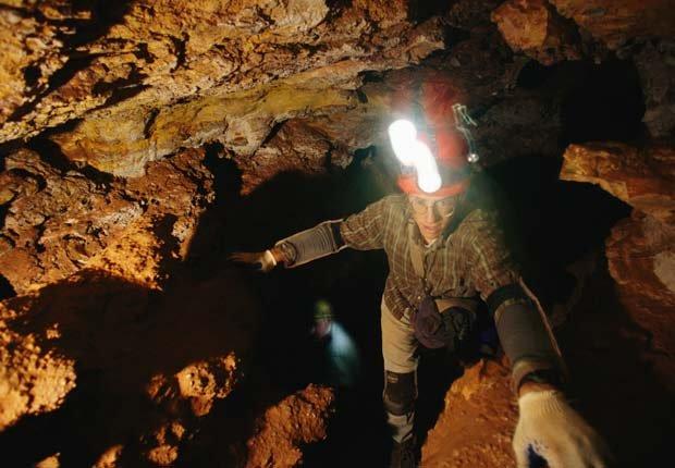 Un hombre explora en la cueva Cave National Park - Experiencias increíbles en los parques nacionales