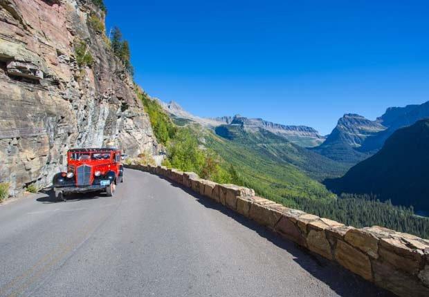 Auto en carretera que va hacia Sun Road en Glacier National Park - Experiencias increíbles en los parques nacionales