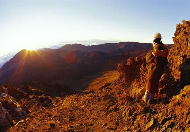 Pareja observa el atardecer en Haleakala - Experiencias increíbles en los parques nacionales
