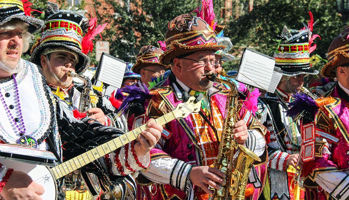 Banda tocando música en celebración de Mardi Gras