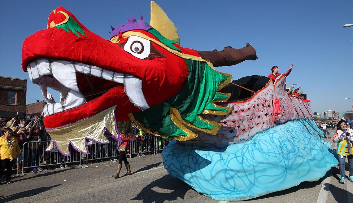 Una flota en forma de dragón; celebración de Mardi Gras en Misuri