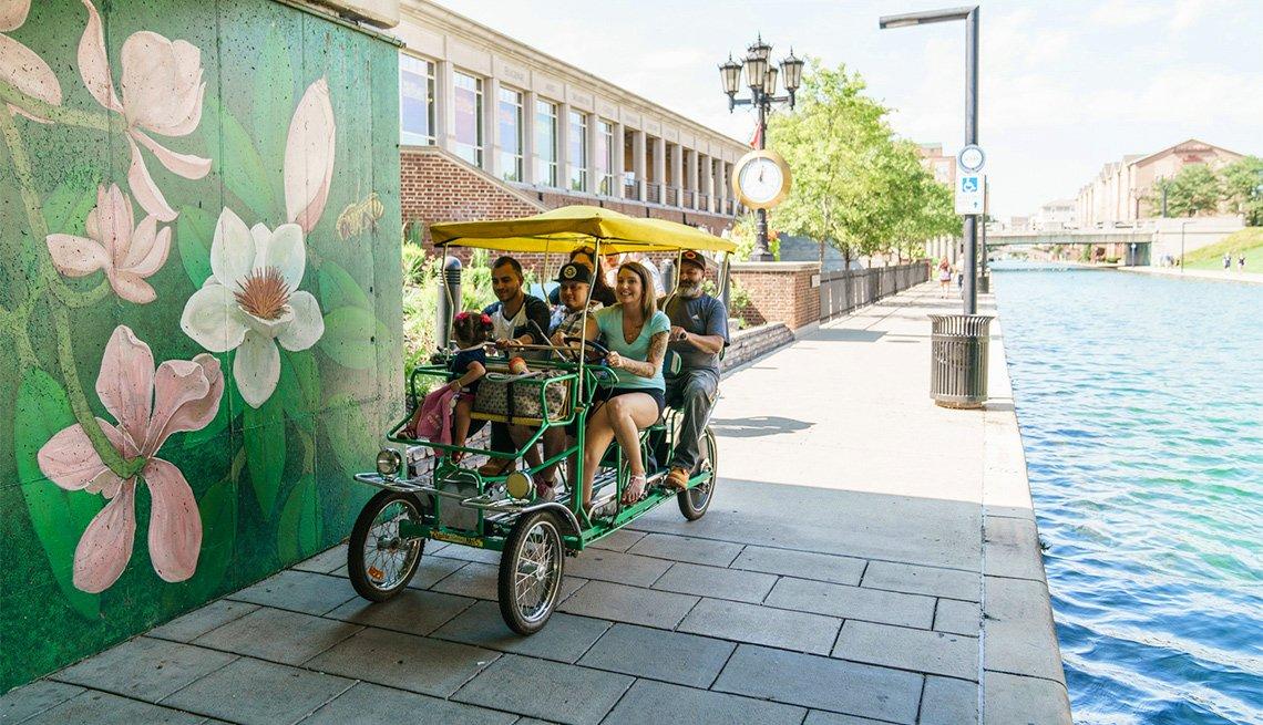 Grupo de personas pasean en bicicleta - Escapes al centro del país