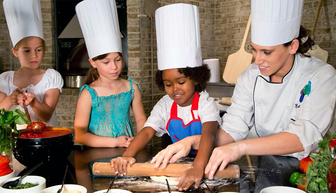 item 4 of Gallery image - Tres niñas y una chef en la cocina