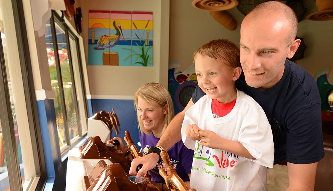 item 7 of Gallery image - Niño sonríe con sus padres