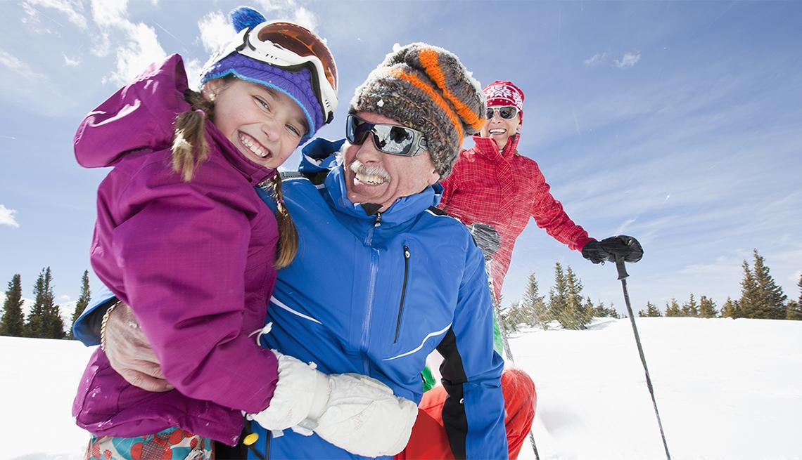 item 9 of Gallery image - Una niña y sus padres en la nieve