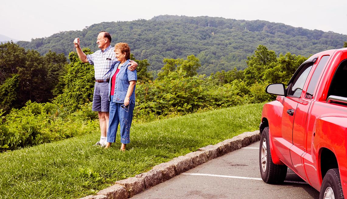 Una pareja de adultos mayores observan las montañas en Virginia.