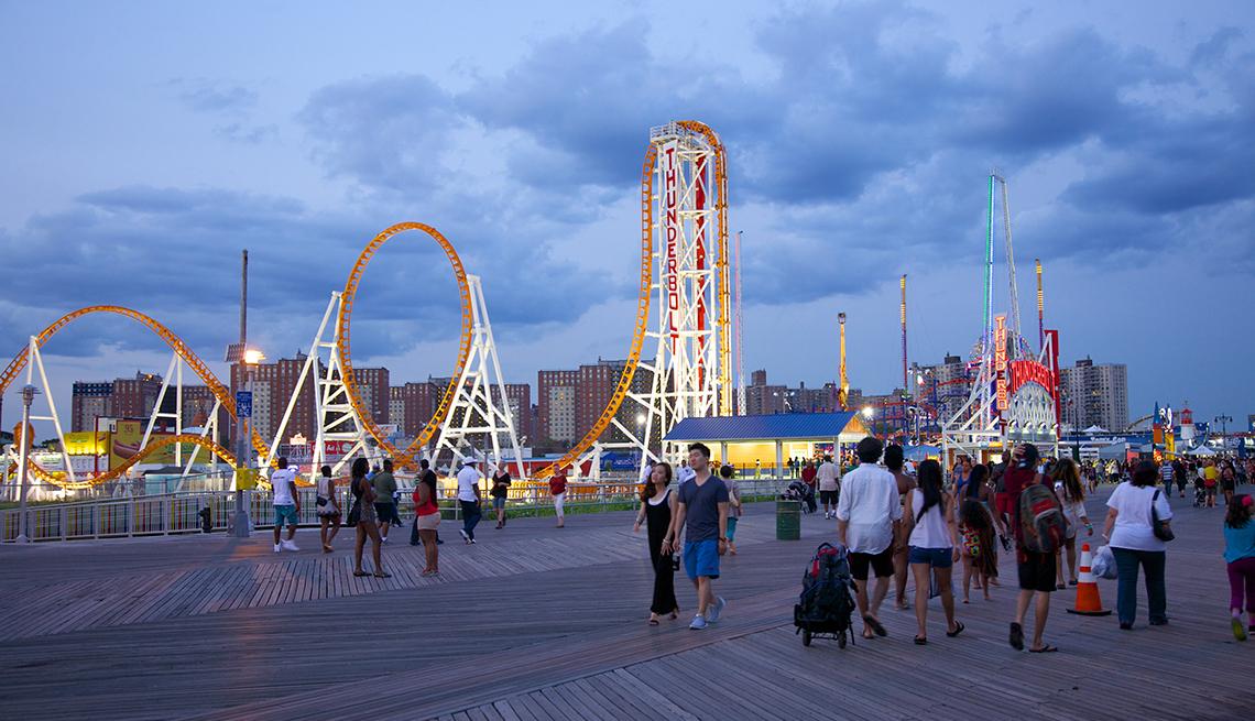 Personas caminando por el paseo marítimo de Coney Island.
