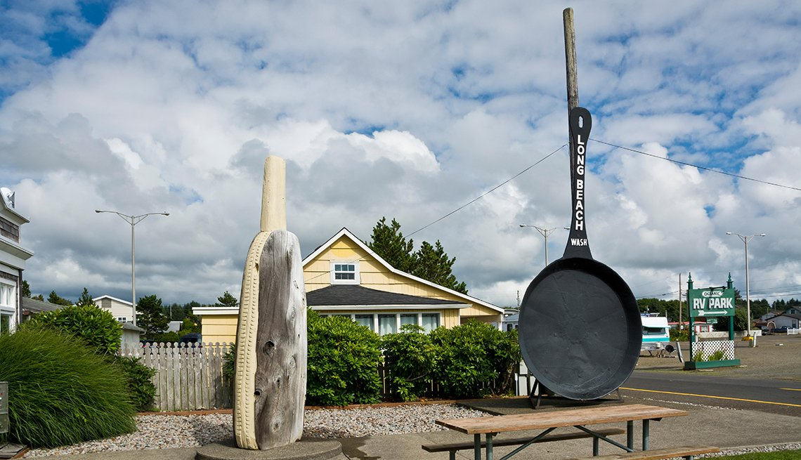 World's largest frying pan and giant razor clam on display in Long Beach, Washington