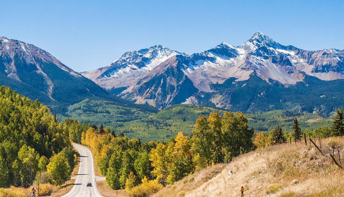 Árboles en la temporada de otoño y en el horizonte las montañas de Colorado.