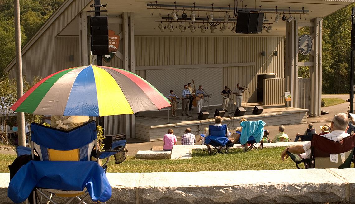 Grupo de música se presenta en el Blue Ridge Music Center.