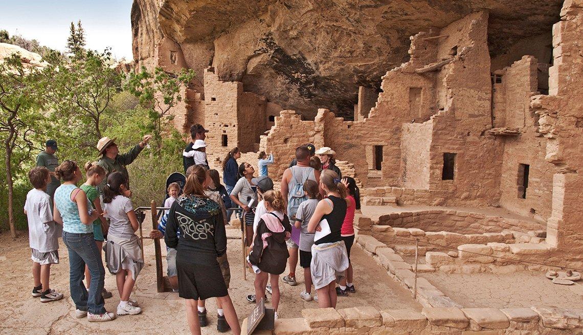 Guía turístico con un grupo de personas muestra algunos artefactos en el Parque Nacional Mesa Verde.