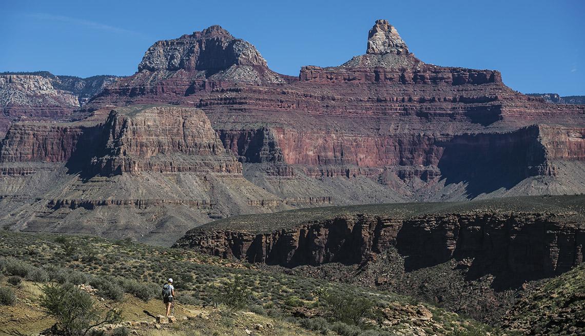 Caminante solitario por un sendero del Gran Cañón, Arizona, EE. UU.