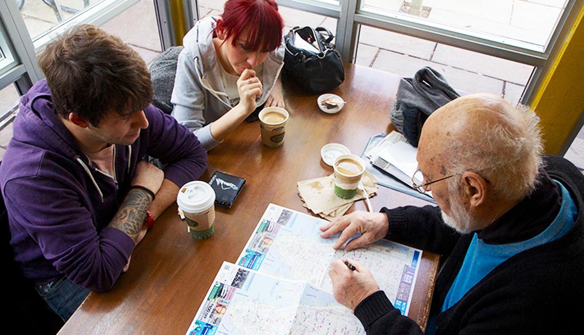 Guía turístico de Big Apple Greeter con dos personas que revisan un mapa.