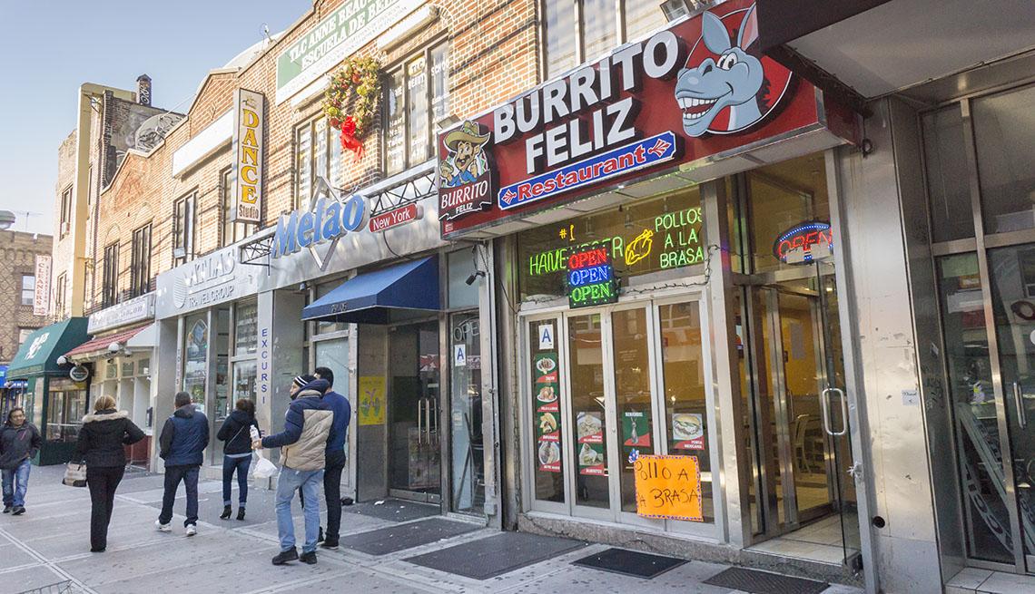 Restaurantes y otros negocios en el vecindario de Jackson Heights en Queens en Nueva York.
