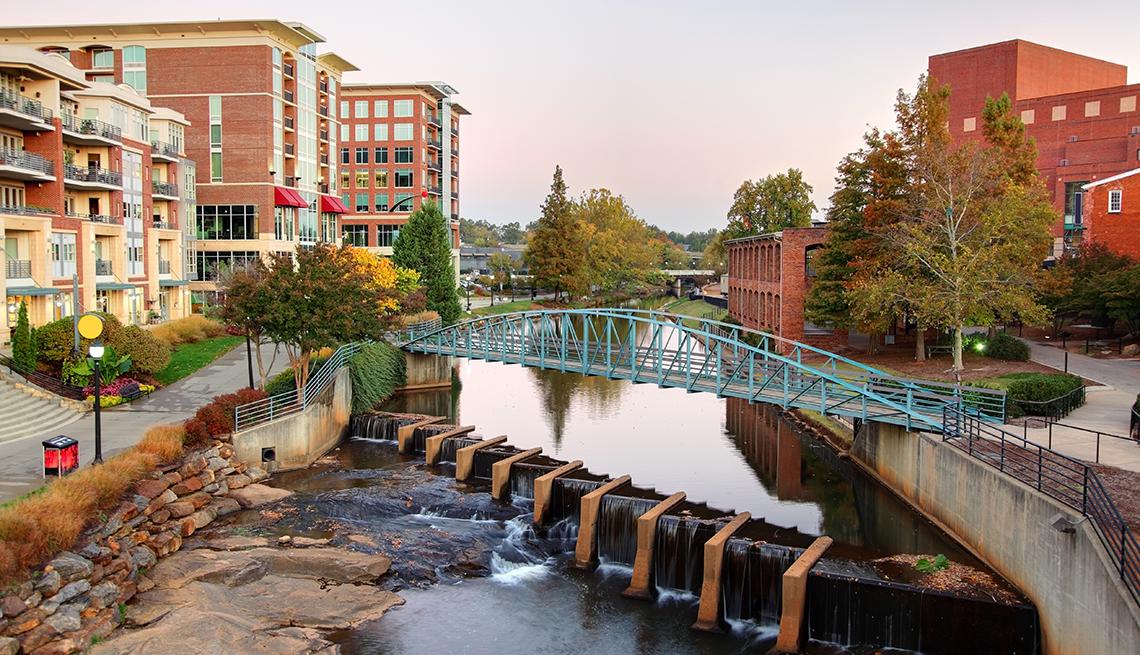item 2 of Gallery image - Falls Park y el río Reedy ubicados en el histórico West End del centro de Greenville.