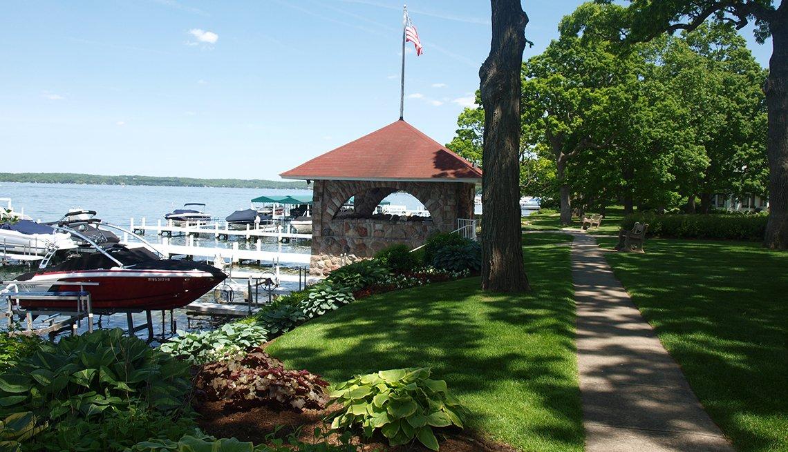 item 5, Gallery image. Sendero con árboles junto al lago.