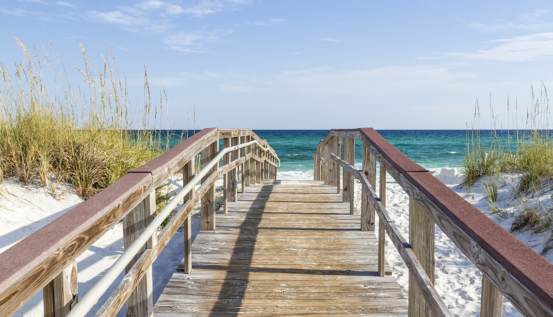 item 1 of Gallery image - Puente peatonal con la playa en el fondo