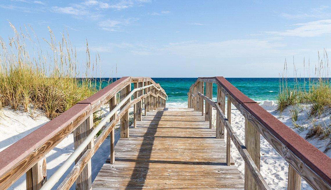 item 1, Gallery image. El paseo marítimo conduce a las aguas turquesas del Golfo de México en Park West en el extremo occidental de la playa de Pensacola, Florida.