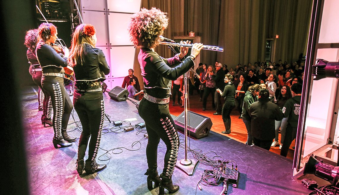 Grupo de música se presenta en el Kennedy Center