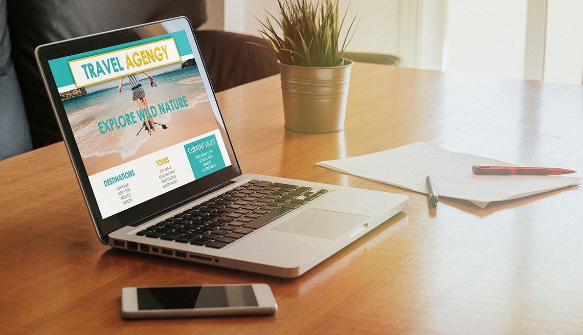Computador portátil muestra la página de una agencia de viajes