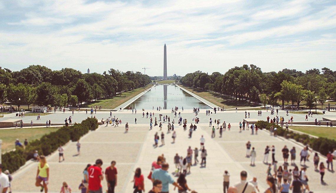 Personas caminan frente del monumento Lincoln Memorial