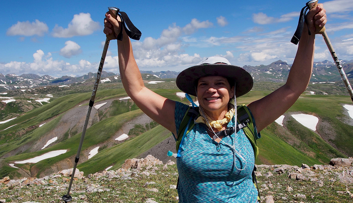 Gigi Ragland caminando en las montañas de Colorado
