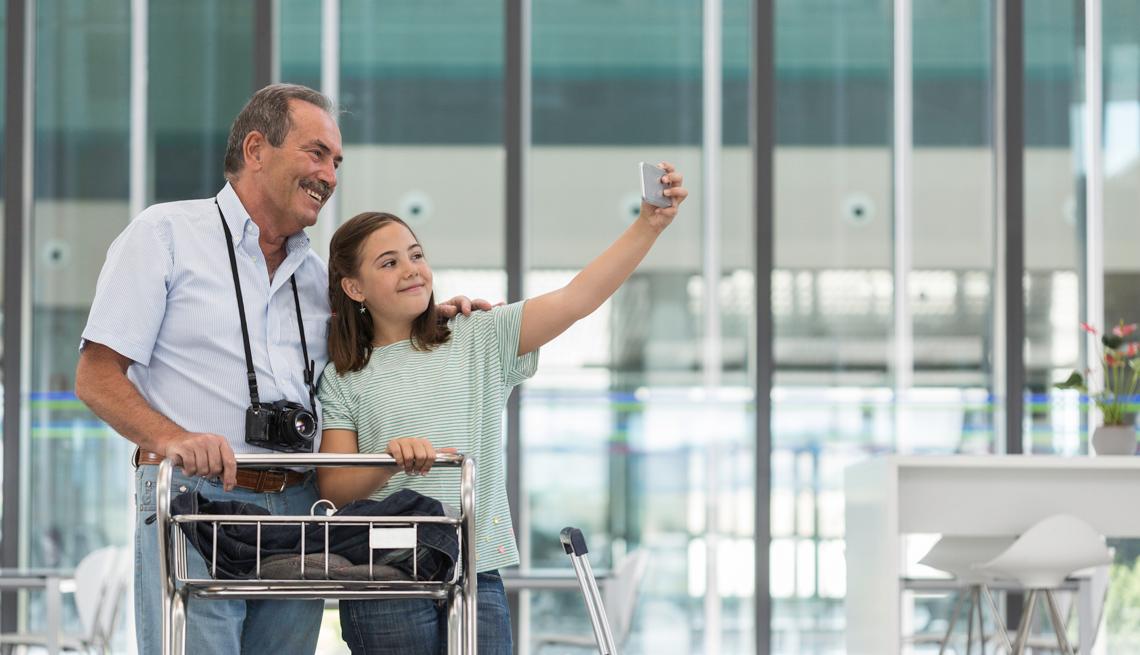 Abuelo posa en una foto con su nieta