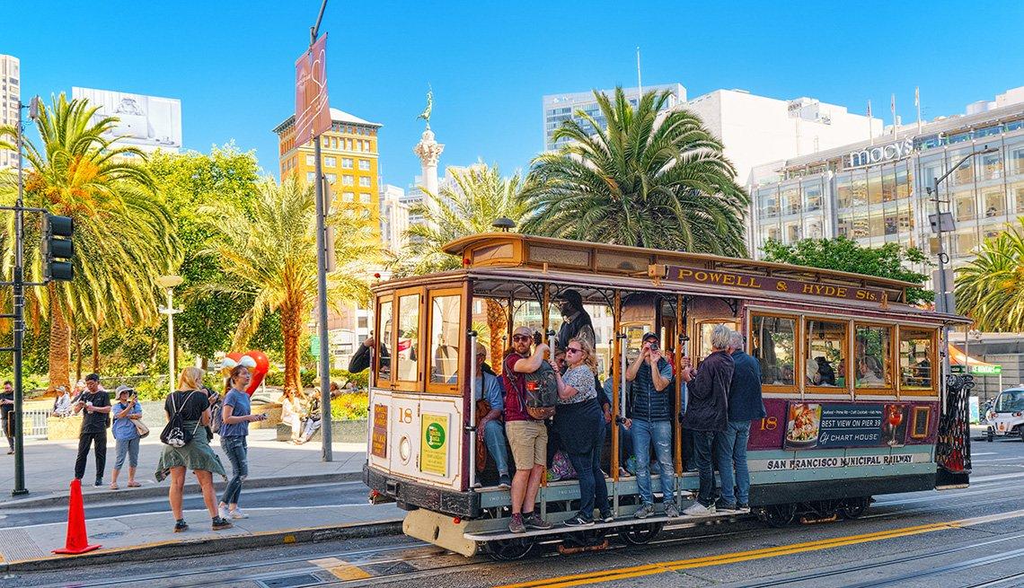 Personas van en el tranvía de San Francisco